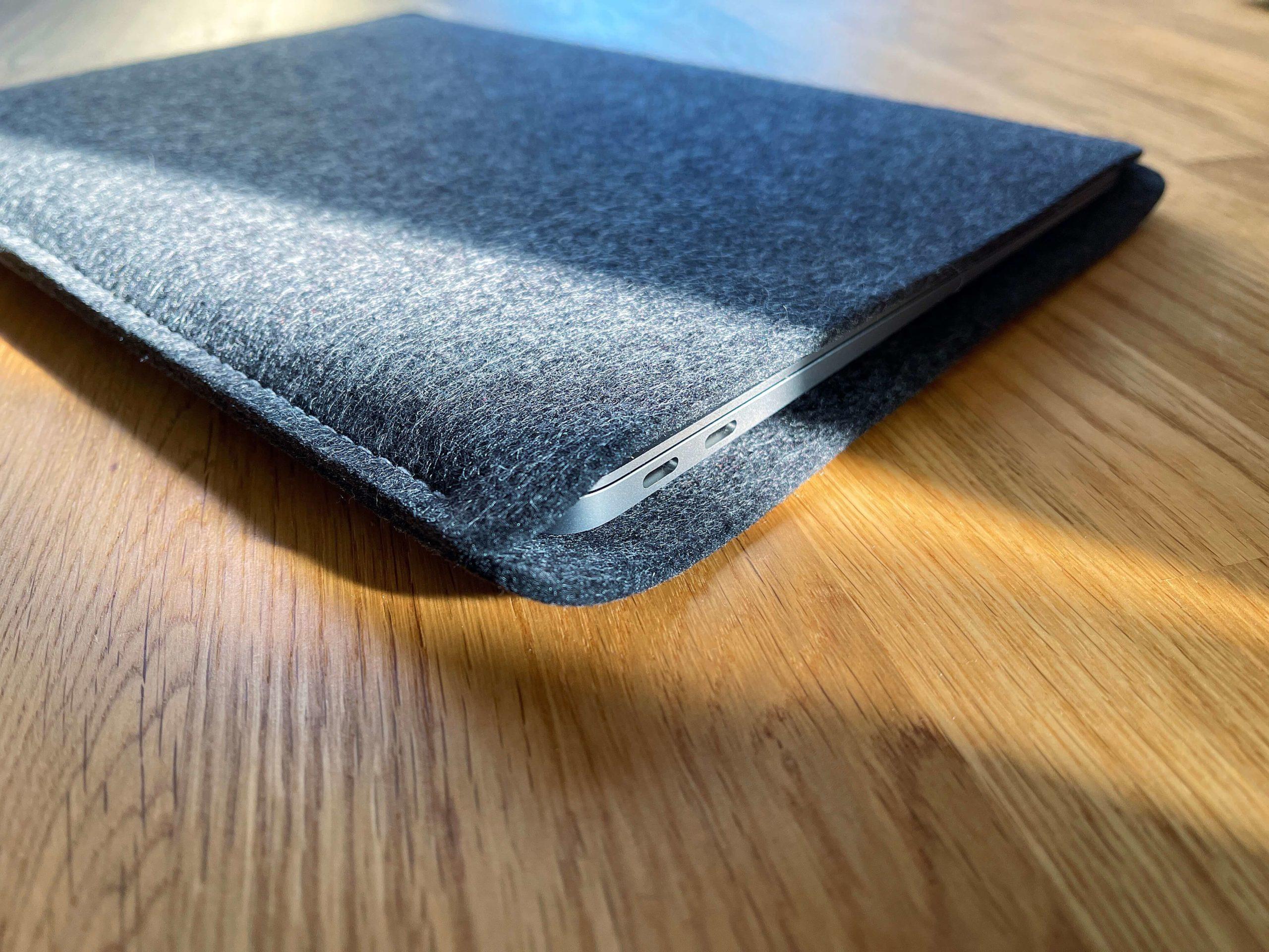 Schutz-aus-Wollfilz-von-WildTech-–-das-MacBook-Air-stilvoll-geschuetzt3-scaled Schutz aus Wollfilz von WildTech – das M1 MacBook Air stilvoll geschützt