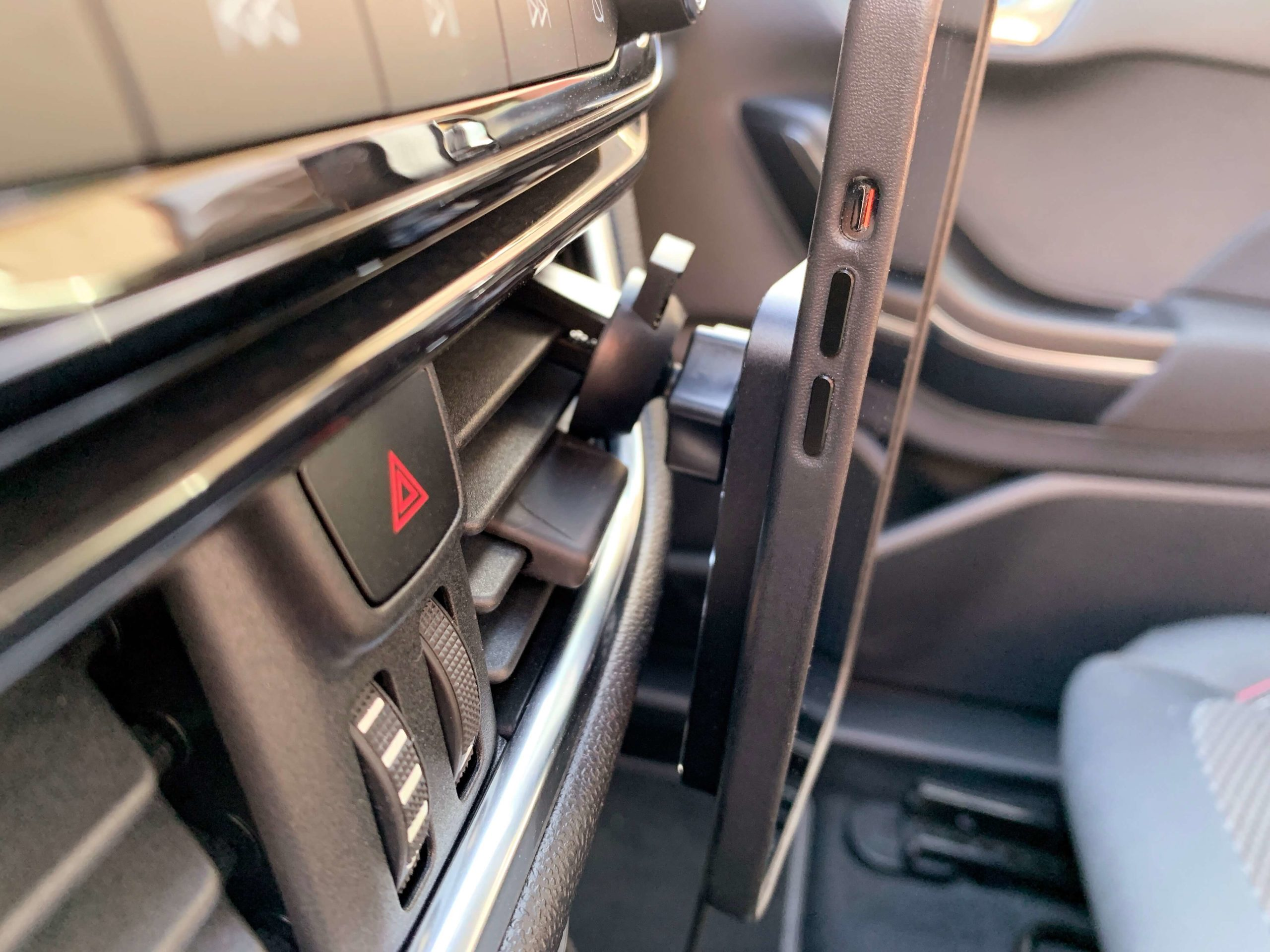 Drahtlos-das-iPhone-im-Auto-via-MagSafe-aufladen-einfach-und-fuer-jeden1-scaled Drahtlos das iPhone im Auto via MagSafe aufladen