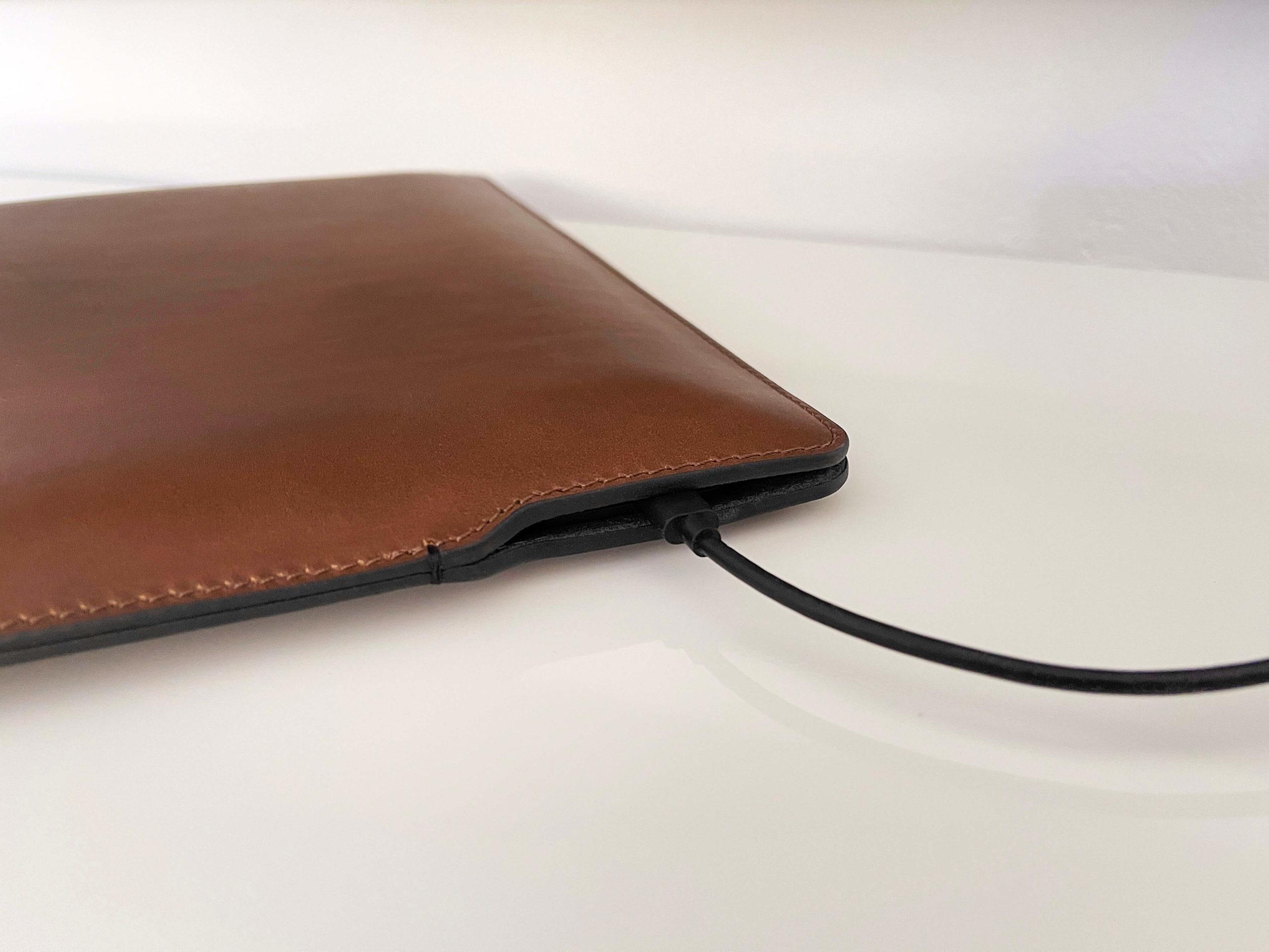 Echtlederhuelle-mit-Magnetverschluss-fuer-das-MacBook-von-Nomad1-scaled Echtlederhülle mit Magnetverschluss für das MacBook von Nomad