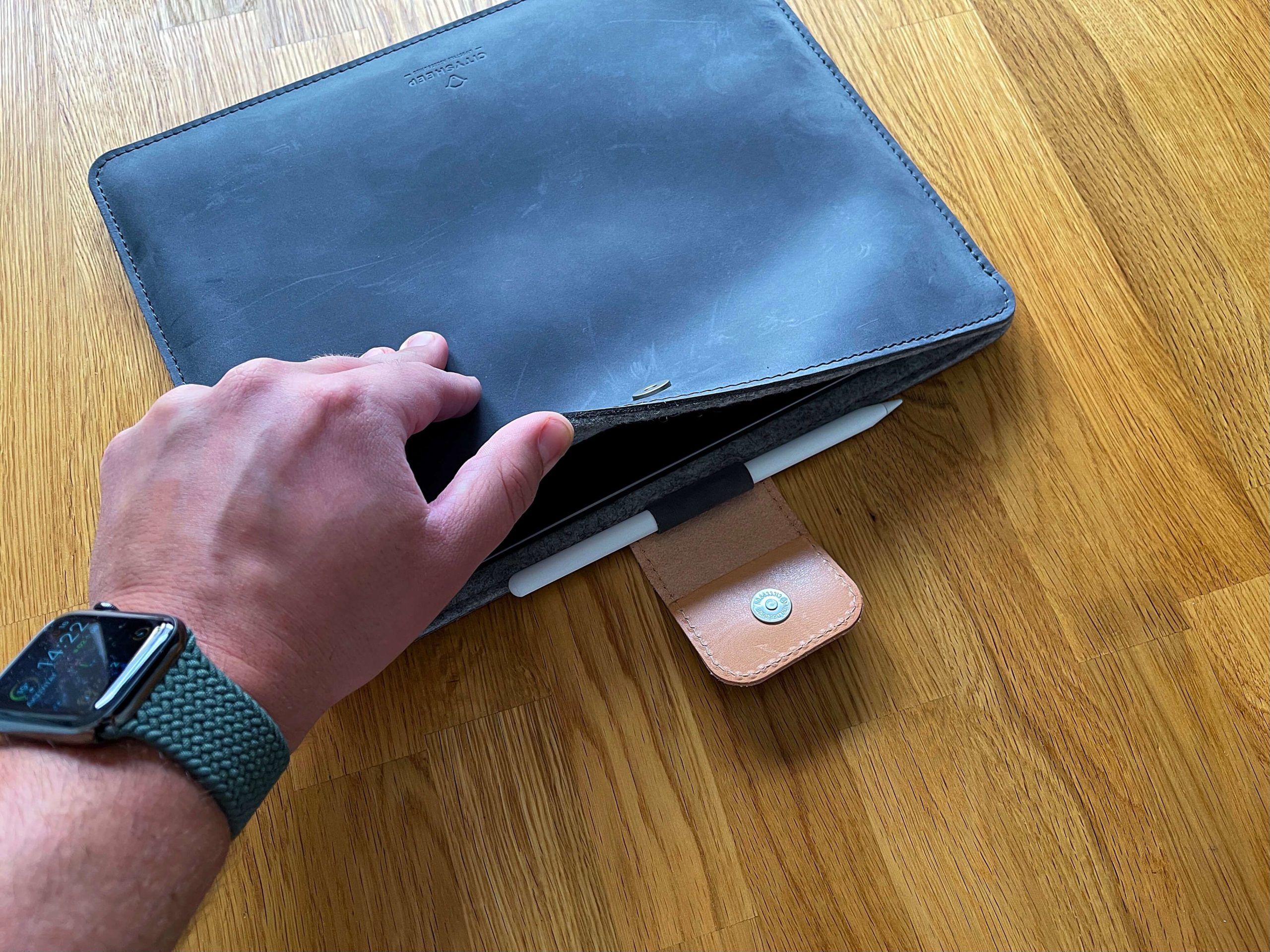 Ledertasche-mit-Filzfuetterung-und-Apple-Pencil-Halterung-von-Citysheep2-scaled Ledertasche mit Filzfütterung und Apple Pencil Halterung für das iPad von Citysheep