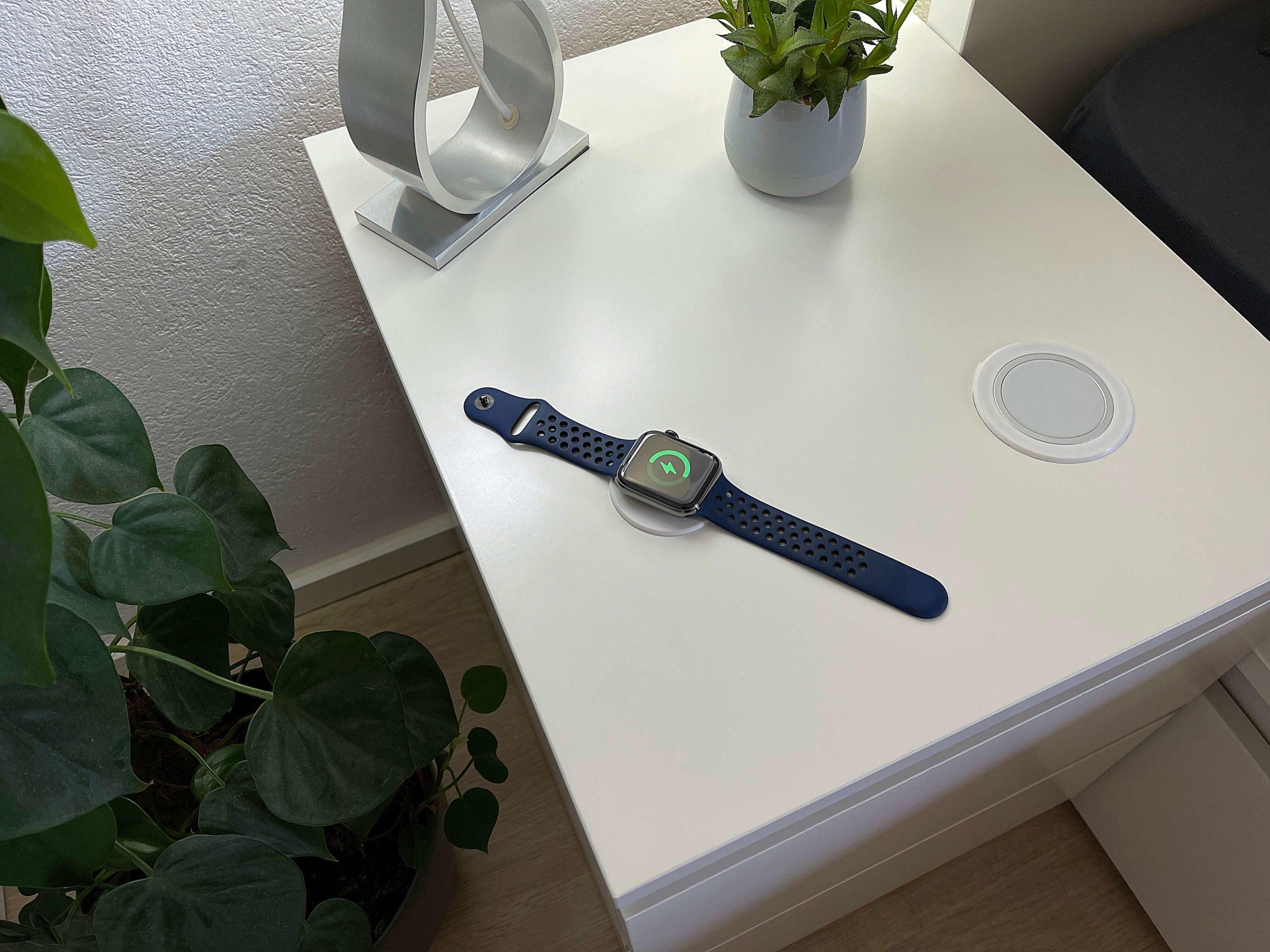 Anleitung-Apple-Watch-kabellos-ueber-Moebeloberflaeche-aufladen4-scaled Anleitung: Apple Watch kabellos und flach über Möbeloberfläche aufladen